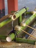 手洗在日本神道圣地 免版税图库摄影