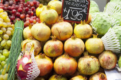 手榴弹、葡萄和南美番荔枝在水果市场上 免版税图库摄影