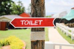 洗手间木箭头标志 免版税库存照片