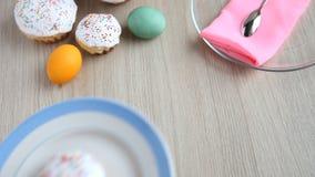 手从桌拿走有复活节蛋糕的一块板材与白色结冰 股票录像