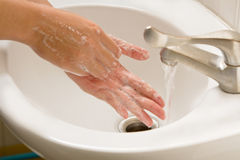 手洗涤与肥皂的,手卫生学 免版税库存照片