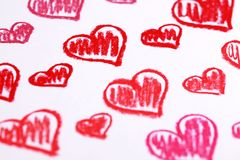 手画红色心脏。柔和的淡色彩用粉笔写情人节摘要背景 库存图片