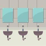 洗手间行与镜子的 免版税库存照片