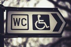 洗手间象公开休息室签字与一个残疾通入标志 免版税库存图片