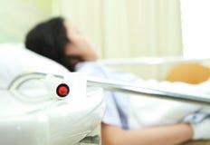手紧迫紧急呼叫按钮和患者 免版税库存照片