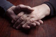 手年长男人和妇女 免版税库存图片