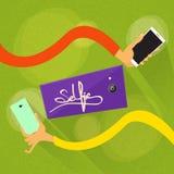 手Selfie照片举行五颜六色的巧妙的电话 库存图片