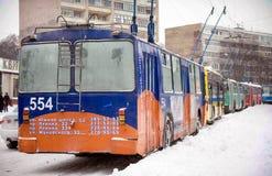 扎波罗热,乌克兰2009年12月17日:在降雪以后被停止的公共交通工具 冬天都市场面 免版税库存照片