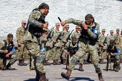 扎波罗热,乌克兰- 2017年6月3日:与乌克兰在Khortytsya海岛上的特种部队战士的招待会交战 库存图片