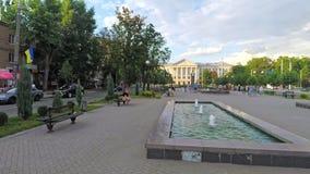 扎波罗热,乌克兰-莒勒石12 2019年 家庭通过有美丽的喷泉的公园走 股票视频