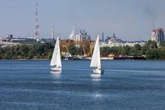 扎波罗热, UKRAINE-AUGUST 11 :航行游艇11日2012年在Zaporo 免版税库存图片