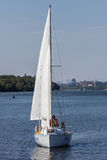 扎波罗热, UKRAINE-AUGUST 11 :航行游艇11日2012年在Zaporo 免版税库存照片
