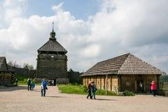 扎波罗热-乌克兰, 2015年5月02日:木塔和防护设防在Zaporizhian哥萨克人博物馆在海岛上的 库存照片