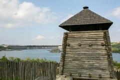 扎波罗热-乌克兰, 2015年5月02日:木塔和防护设防在Zaporizhian哥萨克人博物馆在海岛上的 库存图片