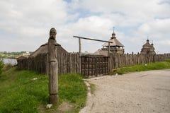 扎波罗热-乌克兰, 2015年5月02日:木防护设防在Zaporizhian哥萨克人博物馆在Khorty海岛上的  库存照片