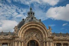 扎眼装饰特写镜头在小的Palais的圆顶和曲拱门的在晴天在巴黎 免版税库存照片