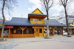 扎科帕内,在Krupowki街道的木大厦 免版税库存图片