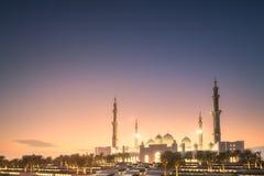 扎耶德在日落阿布扎比,阿拉伯联合酋长国的Grand Mosque回教族长 免版税库存图片