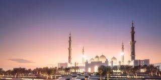 扎耶德在日落阿布扎比,阿拉伯联合酋长国的Grand Mosque回教族长 免版税图库摄影