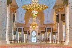 扎耶德Grand Mosque回教族长内部在阿布扎比 免版税图库摄影