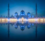 扎耶德Grand Mosque回教族长在晚上阿布扎比,阿拉伯联合酋长国 免版税库存照片