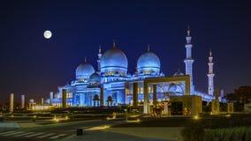 扎耶德Grand Mosque回教族长在阿布扎比在满月晚上 免版税图库摄影