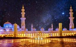 扎耶德Grand Mosque回教族长在阿布扎比,阿拉伯联合酋长国在晚上 库存照片