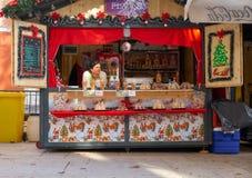 扎达尔,克罗地亚,2018年11月28日:微型油炸圈饼站立在现在持续的市场上 库存图片