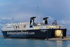 扎金索斯州,希腊- 2017年11月16日:在口岸停泊的渡轮爱奥尼亚人轮渡 免版税库存图片