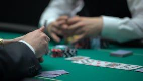 扑克牌游戏使打赌所有金钱和芯片,坏商业投资的人上瘾 股票视频
