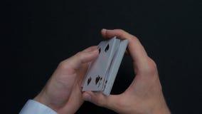 扑克牌游戏-拖曳卡片 人shuffing卡片的` s手 关闭 人拖曳纸牌的` s手 经销商` s手 免版税图库摄影