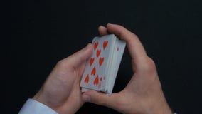 扑克牌游戏-拖曳卡片 人shuffing卡片的` s手 关闭 人拖曳纸牌的` s手 经销商` s手 库存照片