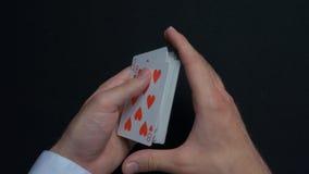 扑克牌游戏-拖曳卡片 人shuffing卡片的` s手 关闭 人拖曳纸牌的` s手 经销商` s手 图库摄影