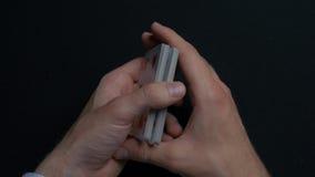 扑克牌游戏-拖曳卡片 人shuffing卡片的` s手 关闭 人拖曳纸牌的` s手 经销商` s手 库存图片