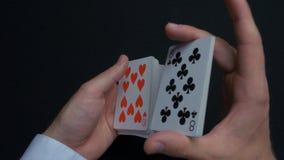 扑克牌游戏-拖曳卡片 人shuffing卡片的` s手 关闭 人拖曳纸牌的` s手 经销商` s手 免版税库存照片