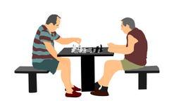 打下棋比赛的两老人室外在公园 皇族释放例证
