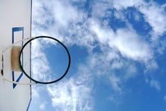打与天空的篮球的篮子在背景中 免版税库存图片