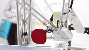 打与机器人Forpheus的访客乒乓球台球在梅塞市场的欧姆龙立场在汉诺威,德国 股票视频