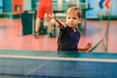 打乒乓球的孩子 图库摄影