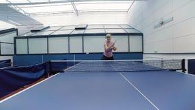 打乒乓球的愉快的妇女在法院 股票视频