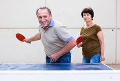 打乒乓球的成熟夫妇 免版税库存图片