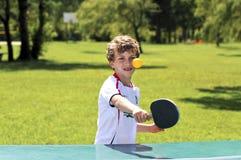 打乒乓球的男孩 免版税图库摄影