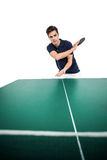 打乒乓球的确信的男性运动员 免版税库存照片