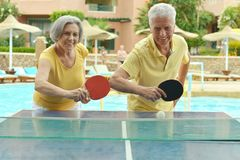 打乒乓球的年长夫妇 免版税图库摄影