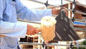 打传统佛教锣或响铃的泰国人,在卡车作为导致寺庙的队伍一部分在本机期间 影视素材