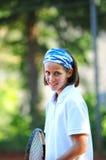 打俏丽的网球的女孩 库存照片