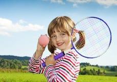 打儿童网球的小女孩 免版税库存照片