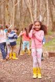 打冒险比赛的孩子画象在森林里 免版税库存图片