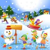 打冬天比赛的逗人喜爱的孩子 库存图片