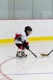 打冰球的小男孩 图库摄影